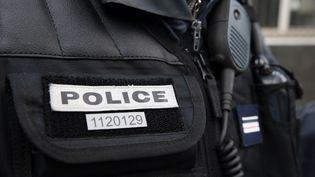 Un policier en uniforme à Paris, le 13 janvier 2014. (PATRICK KOVARIK / AFP)