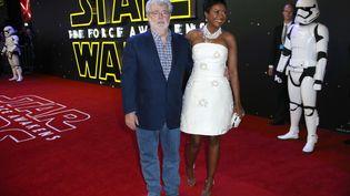 """Le créateur de """"Star Wars"""", George Lucas, et son épouse, Mellody Hobson, le 16 décembre 2015, à Londres. (JOEL RYAN / AP / SIPA)"""