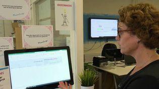 Aux Pays-Bas, certaines entreprises ont choisi de tester une méthode de recrutement à l'aveugle pour lutter contre la discrimination à l'embauche. La règle est simple, le premier arrivé est le premier embauché. (France 2)
