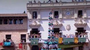 Les castells, c'est le nom donné aux compétitions de pyramides humaines qui se forment dans les rues de Catalogne (Espagne) chaque été. Une tradition qui s'apparente à une véritable philosophie. (FRANCE 2)