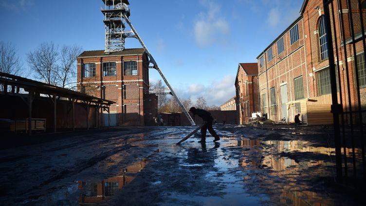 """Confection des décors pour le tournage de la série télé """"Germinal"""", sur le site minier Arenberg creative mine de Wallers-Arenberg. (PIERRE ROUANET / MAXPPP)"""