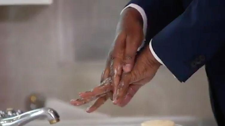 Le président du Sénégal Macky Sall expliquant en vidéo comment se laver les mains correctement face à l'épidémie de coronavirus. (MACKY SALL (VIA TWITTER))