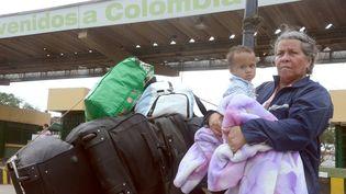 Alba Lerma a décidé de partir vivre en Colombie. Dans ses bras, son neveu. Ils ont été victimes de vol en quittant le pays. (GEORG ISMAR / DPA)