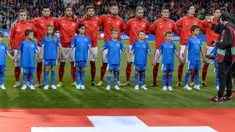 Les joueurs suisses avant le match de qualification pour l'Euro 2016 entre la Suisse et la Slovénie au Parc Saint-Jacques (St Jakob Park, en alllemand), à Bâle, le 5 septembre 2015. (AFP PHOTO / FABRICE COFFRINI)
