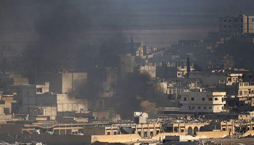 Nuage de fumée au-dessus de la vile de Kobané (nord de la Syrie), à la frontière avec la Turquie, au cours des violents combats entre les peshmergas kurdes et les combattants de l'organisation djihadiste Daesh le 27 octobre 2014. (Reuters - Yannis Behrakis)