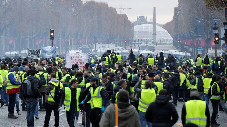 """Les """"gilets jaunes"""" sont rassemblés en bas des Champs-Elysées, à Paris, le 24 novembre 2018. (FRANCOIS GUILLOT / AFP)"""