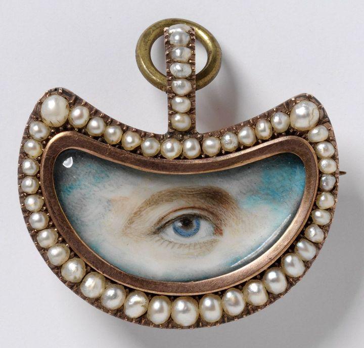Broche en forme d'oeil, 1800-20, or, perles, diamants and peinture miniature  (Victoria and Albert Museum, London)