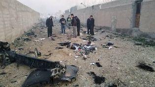 Des hommes effectuent des recherches dans la zone où un Boeing ukrainien transportant au moins 170 passagers s'est écrasé, mercredi 8 janvier 2020, après son décollage de l'aéroport international de Téhéran (Iran). (IRANIAN RED CRESCENT / ANADOLU AGENCY / AFP)