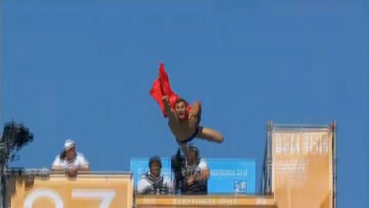Michal Navratil, un plongeur professionnel tchèque de 28 ans, plonge déguisé en Superman, lors des championnats du monde de plongeon aux Mondiaux de natation de Barcelone (Espagne), le 31 juillet 2013. ( FRANCE 2 / FRANCETV INFO)