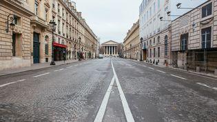 Une rue déserte à Paris après la mise en place du confinement pour lutter contre le coronavirus, le 17 mars 2020. (MATHIEU MENARD / HANS LUCAS / AFP)