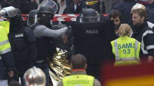 Un homme est arrêté par des membres des forces de l'ordrelors de l'intervention antiterroriste à Saint-Denis (Seine-Saint-Denis), le 18 novembre 2015. (PETER DEJONG / AP / SIPA)