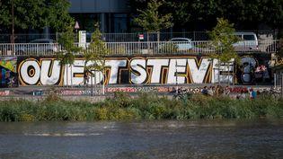 """Une fresque""""Où est Steve ?"""" peinte sur les quais deLoire à Nantes (Loire-Atlantique), le 19 juillet 2019. (ESTELLE RUIZ / NURPHOTO / AFP)"""