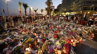 Des personnes rendent hommage aux victimes de l'attentat de Nice, le 18 juillet 2016, sur la promenade des Anglais à Nice (Alpes-Maritimes). (VALERY HACHE / AFP)