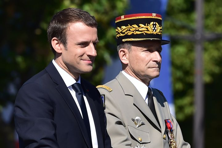 Emmanuel Macron aux côtés du général Pierre de Villiers lors du défilé du 14-Juillet, à Paris, le 14 juillet 2017. (CHRISTOPHE ARCHAMBAULT / AFP)