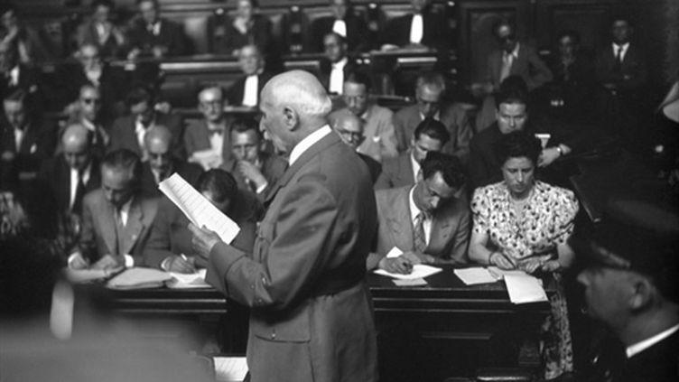 Le Maréchal Philippe Pétain s'exprime à la barre devant la Haute Cour de justice de Paris, le 15 août 1945. (AFP Photo)