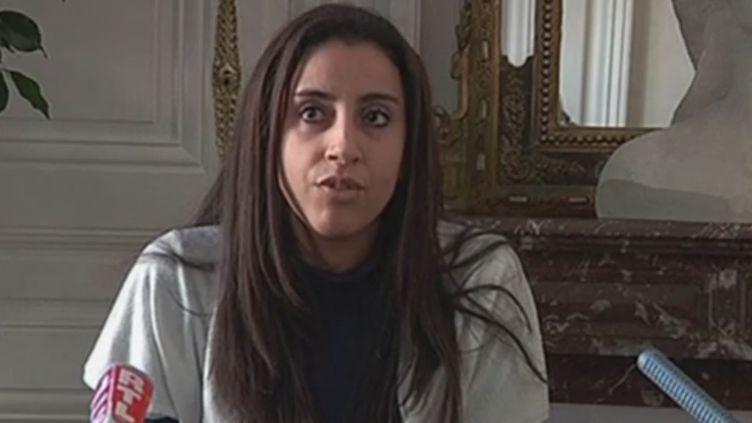 Capture d'écran des images de la conférence de presse de Meriem, le 22 décembre 2013, qui demande de l'aide pour empêcher son ex-compagnon d'emmener leur fille en Syrie. (  FRANCETV INFO )