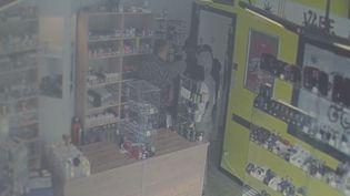 Image de vidéosurveillance de la boutiquede Charleroi (Belgique), que des malfaiteurs ont tenté de braquer le 20 octobre. (FRANCE 3)