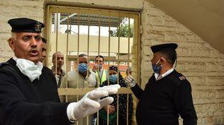 Un soldat égyptien organise la distribution des pensions à des retraités dans le district de Shubra El Kheima, le 5 avril 2020 au Caire. Les autorités égyptiennes ont imposé la fermeture des écoles et un couvre-feu, en raison de la pandémie actuelle du coronavirus (Covid-19). (ZIAD AHMED / NURPHOTO / NURPHOTO VIA AFP)