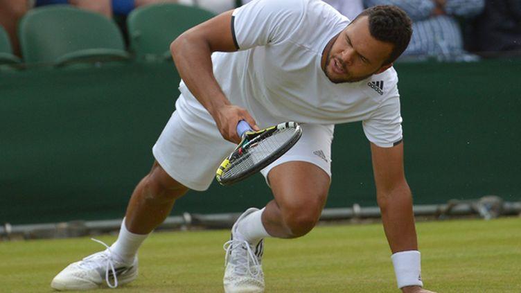 Le tennisman français Jo-Wilfried Tsonga sur le Centre Court de Wimbledon (CARL COURT / AFP)