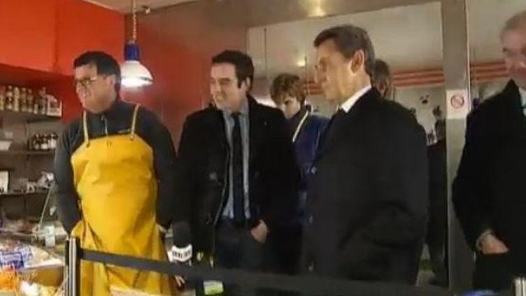 Nicolas Sarkozy en visite chez un poissonnier d'Annecy (Haute-Savoie), jeudi 16 février 2012. (FTVI)