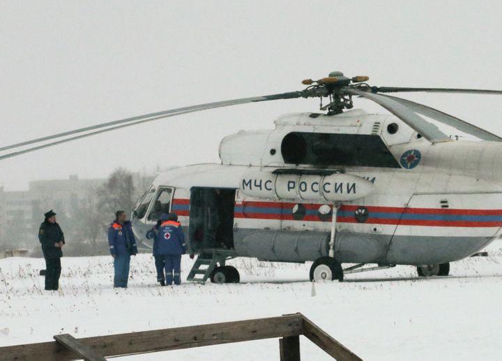 Un hélicoptère prêt à décoller près de la colonie pénitentiaire n°7, à Segueja (Russie), oùMikhaïl Khodorkovski était détenu,le 20 décembre 2013. ( TATYANA MAKEYEVA / REUTERS)