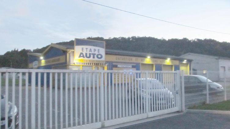 Le garage de Terrasson (Dordogne) où un bébé déshydraté a été retrouvé dans un coffre de voiture, le 25 octobre 2013. (  MAXPPP)