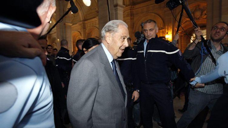 Charles Pasqua arrive à la cour de justice de la république, le 19 avril 2010. (AFP/ PATRICK KOVARIK)