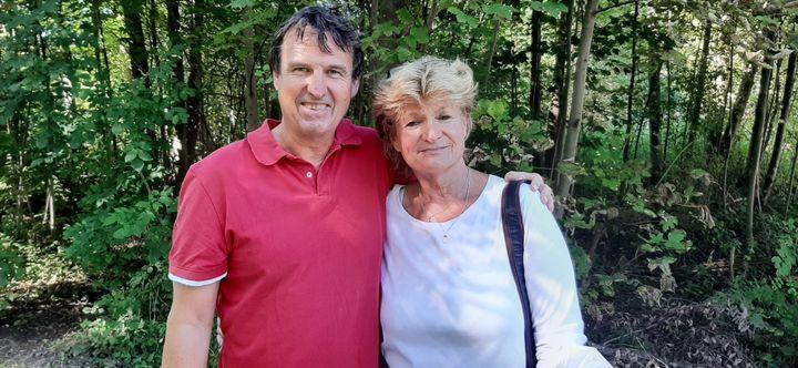 Christopher, facteur à Bad Tölz en Bavière (Allemagne), et son épouse, le 23 septembre 2021. (SEBASTIEN BAER / FRANCEINFO)