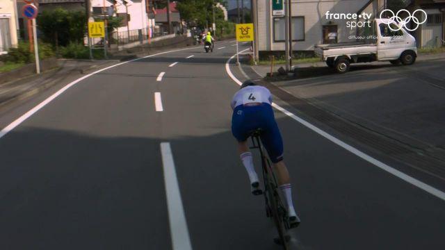 Alors qu'il vient de débuter son contre-la-montre, Rémi Cavagna voit son bidon se décrocher de son vélo. Le français manque de chuter.