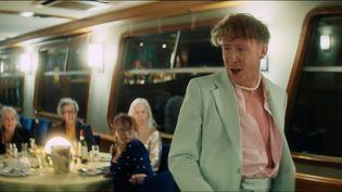 """Le chanteur Eddy de Pretto dans le clip du single """"Bateaux-Mouches"""" signé Marie Schuller. (SAISIE ECRAN YOUTUBE)"""