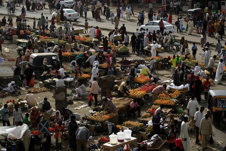 Vue d'un marché de Khartoum, capitale du Soudan, le 4 mai 2019. (UMIT BEKTAS / REUTERS)