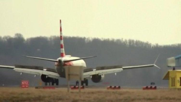 Boeing a fait savoir qu'il corrigeait le système de son logiciel de contrôle du 737 MAX, car les failles de celui-ci semblent être au cœur des deux crashs. (FRANCE 2)