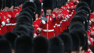 Des gardes royaux défilent devant le palais de Buckingham, à Londres (Royaume-Uni), le 13 juin 2015. (STEFAN WERMUTH / REUTERS)