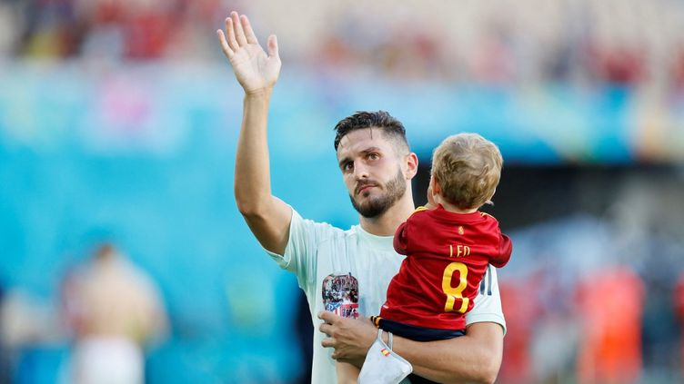 Le joueur espagnol Kokeporte sonenfant après la victoire contre la Slovaquie, à Séville (Espagne), le 23 juin 2021, lors des phases de poules de l'Euro. (JOSE MANUEL VIDAL / AFP)