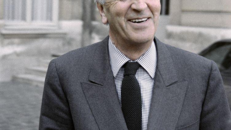 André Rousselet quitte l'hôtel Matignon, à Paris, le 9 février 1989. (MICHEL CLEMENT / AFP)