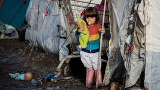 Une enfant kurde dans le camp de migrants de Grande-Synthe (Nord), le 23 décembre 2015. (DENIS CHARLET / AFP)