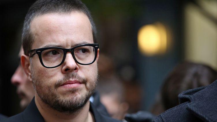 """Nicolas Demorand, le dirceteur de la publication de """"Libération"""", le 18 novembre 2013, devant les locaux du journal, à Paris, où un assistant-photographe a été touché par des tirs de fusil. (KENZO TRIBOUILLARD / AFP)"""