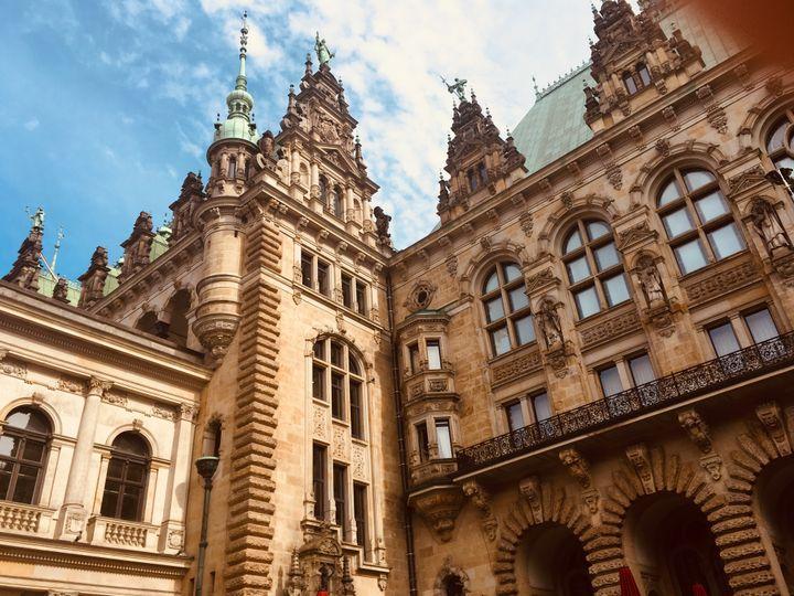 Dans la cour de l'Hôtel de Ville d'Hambourg. (INGRID POHU / RADIO FRANCE)