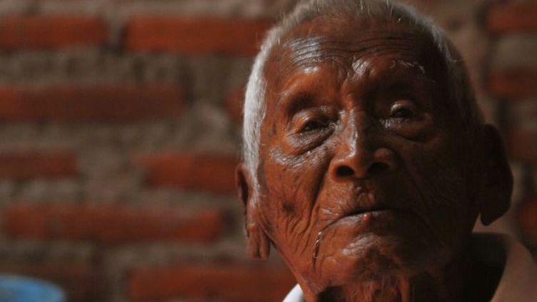 Mbah Gotto, un Indonésien qui serait âgé de 146 ans, dans la maison familiale à Sragen (centre de l'île de Java) le 29 août 2016. ( AFP - ANADOLU AGENCY - DASRIL ROSZANDI )