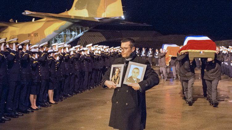 Les corps des neuf militaires français, morts en Espagne lors du crash d'un avion de combat grec de type F-16, ont été rapatriés le 29 janvier 2015 à la base aérienne 133 de Nancy-Ochey, où sept d'entre eux étaient affectés. (SIRPA / AFP)