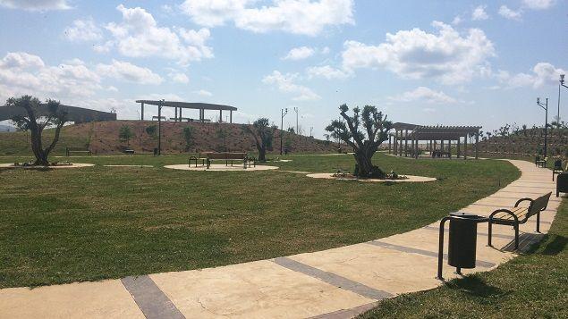 (Le parc aménagé par Suez sur le centre d'enfouissement des déchets de Saïda © Radio France / Pierrick Bonno)