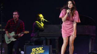 Lana Del Rey et ses musiciens lors de sa prestation à Rock en Seine le 24 août 2014  (BERTRAND GUAY / AFP)