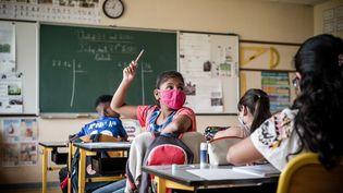"""Des élèves d'une école de Montataire(Oise) pendant le dispositif """"Vacances apprenantes"""",le 21 août 2020. (NICHOLAS ORCHARD / HANS LUCAS / AFP)"""