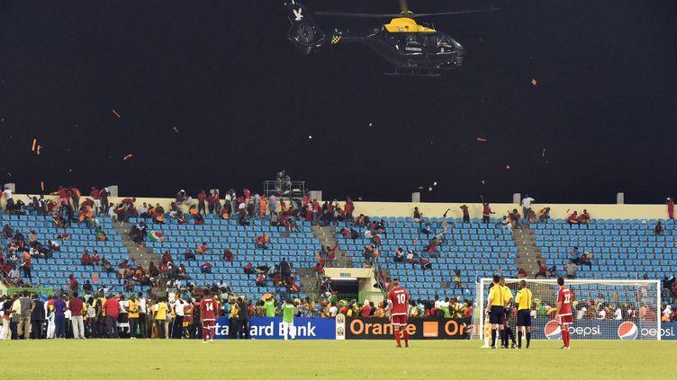 L'hélicoptère de la gendarmerie guinéenne survol le terrain, le 5 février 2015 lors de la demi-finale entre le Ghana et la Guinée Equatoriale à Malabo (Guinée équatoriale). (ISSOUF SANOGO / AFP)