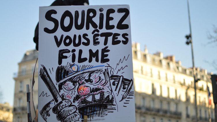 """Une pancarte brandie lors de la """"marche des libertés"""" à Paris, le 28 novembre 2020. (VICTOR VASSEUR / RADIOFRANCE)"""