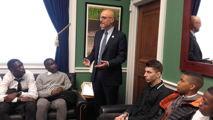 Membre du Congrès et représentant de Floride,le démocate Ted Deutch (debout), reçoit pour la première des élèves dans son bureau, au Capitole. (SOLENNE LE HEN / RADIO FRANCE)