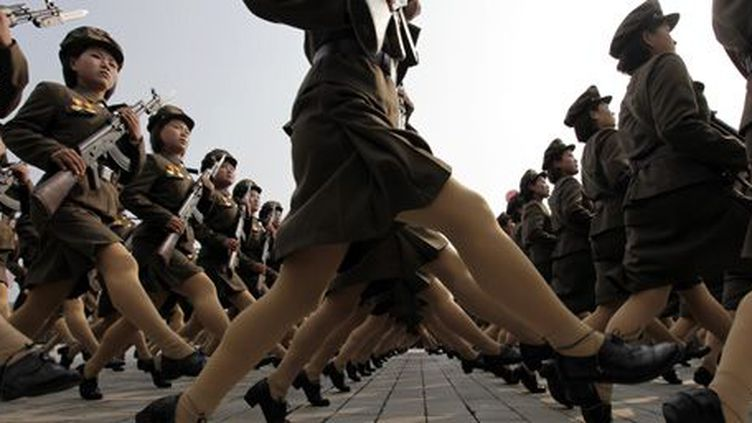 Des femmes soldats nord-coréennes lors d'un défilé militaire à Pyongyang, capitale de la Corée du Nord, le 10 octobre 2010. (Reuters - Petar Kujundzic)