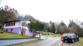 Des gendarmes français passent devant la maison de Marcel et Jacqueline Jacob à Aumontzey, dans le nord-est de la France, en 2017. (SEBASTIEN BOZON / AFP)