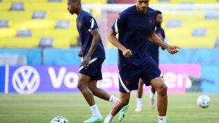 Raphaël Varane à l'entraînement avec l'équipe de France, le 14 juin (FRANCK FIFE / AFP)