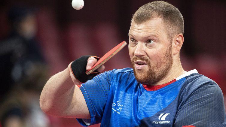 Le pongiste paralympique français Fabien Lamirault lors de son match contre le TchèqueJiri Suchanek aux Jeux paralympiques de Tokyo le 26 août 2021. (CHARLY TRIBALLEAU / AFP)